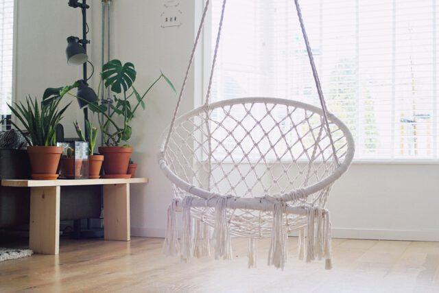 Fotel wiszący do pokoju – na co zwrócić uwagę?